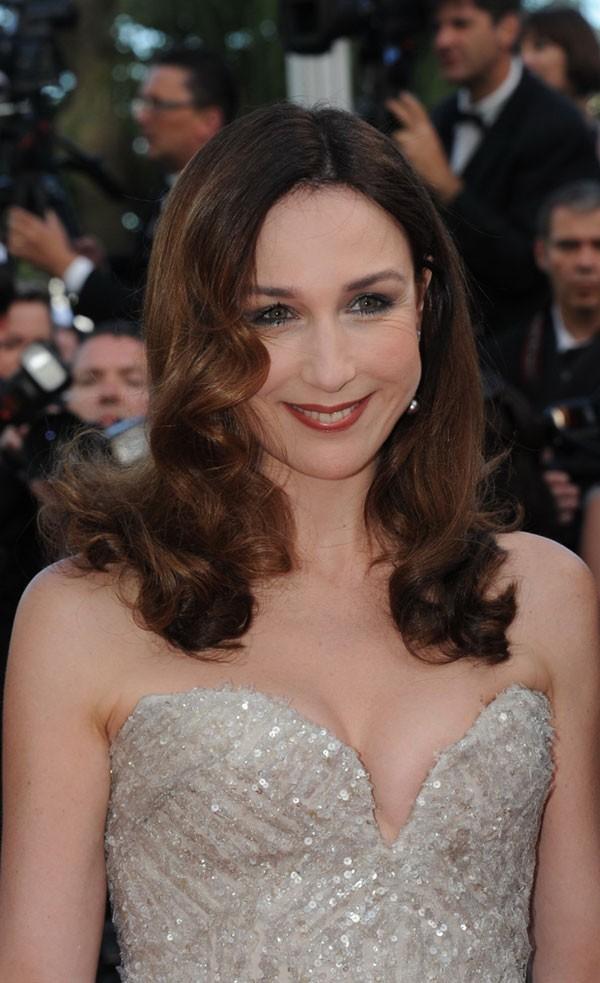 Coiffure de star au Festival de Cannes 2011 : les boucles rétro avec raie sur le côté d'Elsa Zylberstein