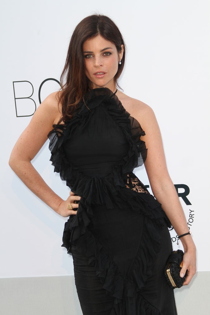Coiffure de star au Festival de Cannes 2011 : les cheveux sur le côté de Julia Restoin-Roitfeld