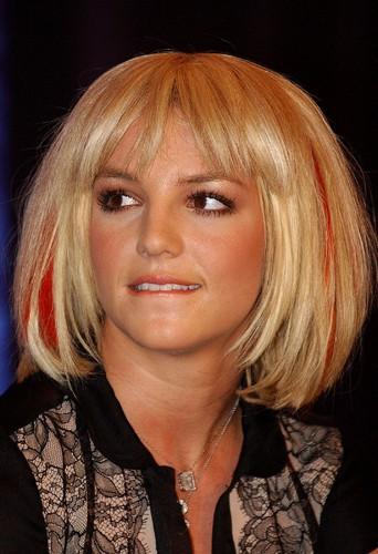 Britney Spears avec un carré blond et mèches rouges.