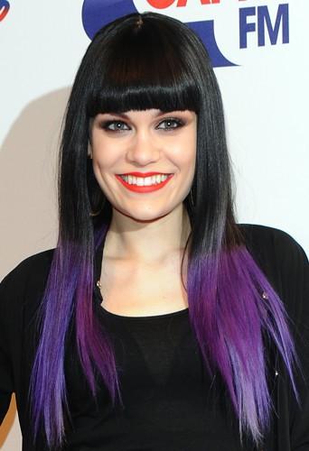 Jessie J a opté pour le tie & dye noir et violet.