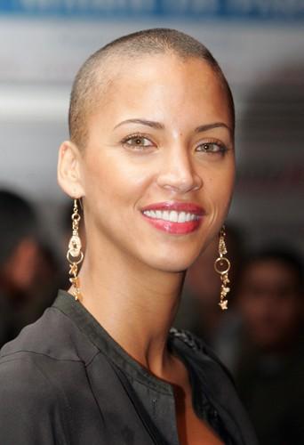 Noémie Lenoir est chauve pour les besoins du film qu'elle a tourné en 2007, Rush Hour 3.