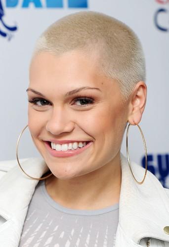 Pour récolter des fonds pour le Red Nose Day, Jessie J a dit adieu à ses cheveux.
