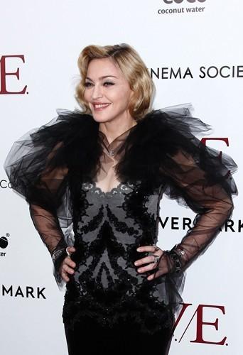 Il s'agit de Madonna ! Déjà très musclée, sa carrure imposante et ses épaules larges sont amplifiées par cette robe à frou-frous sur les épa...