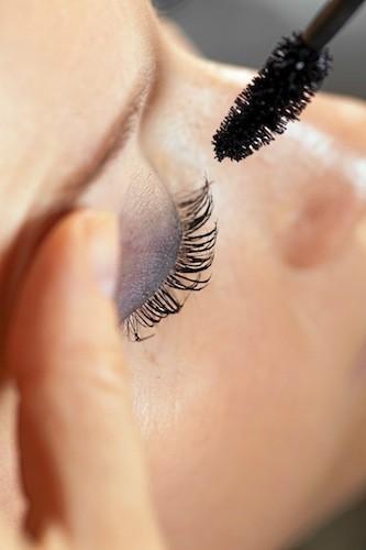 Yeux de biche Appliquez d'abord un mascara allongeant puis volumateur pour épaissir les cils au maximum. Astuce : posez beaucoup de mascara sur l...