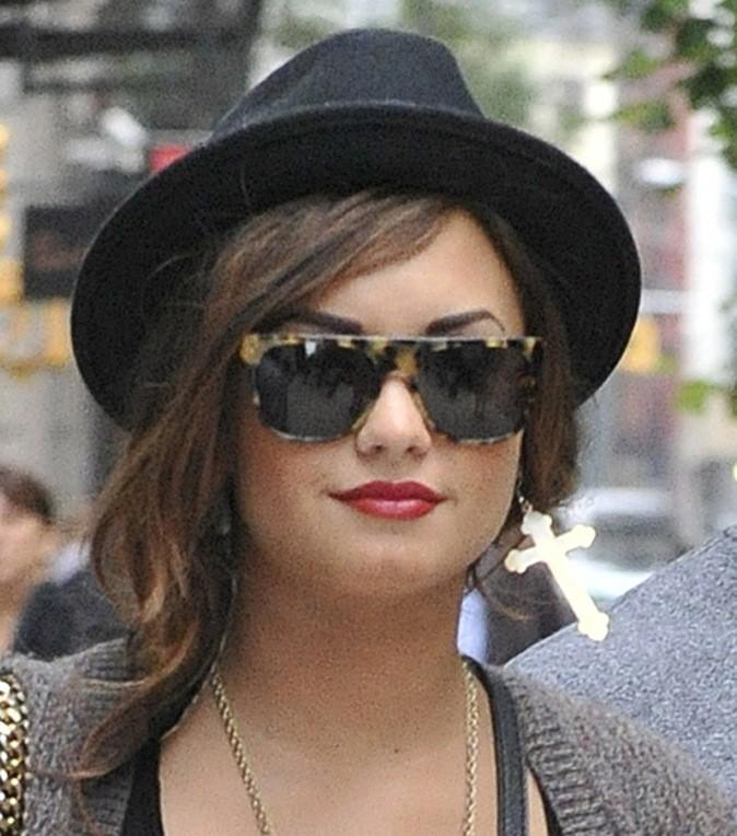 Look un brin rock'n'roll, Demi se fait une jolie coiffure chapeautée.