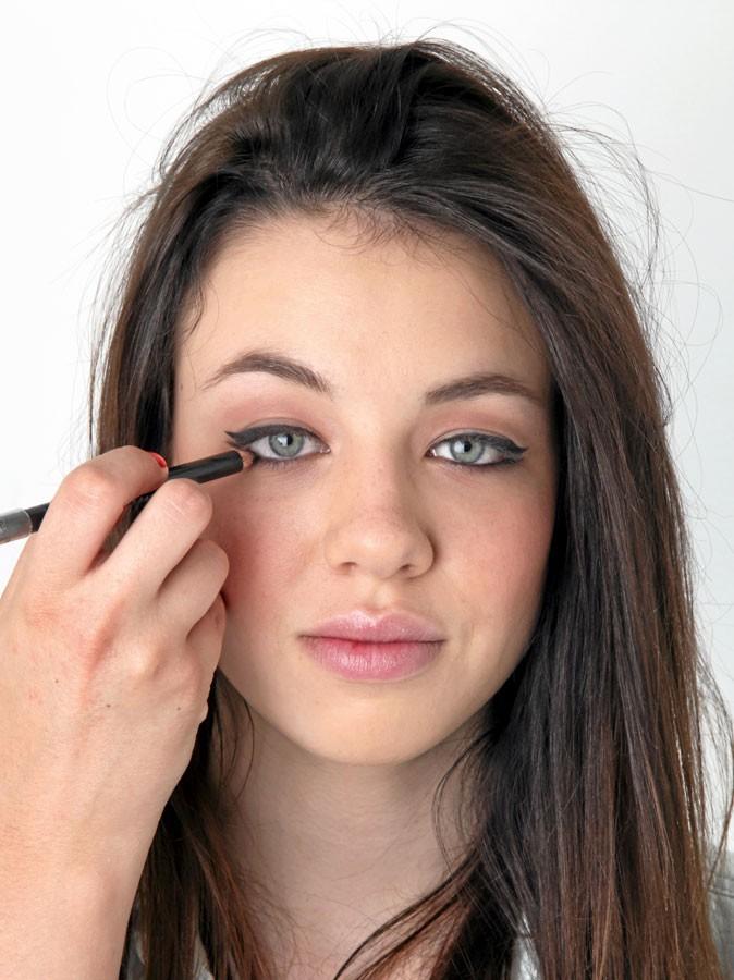 Mode d'emploi des yeux de biche : poser le crayon noir