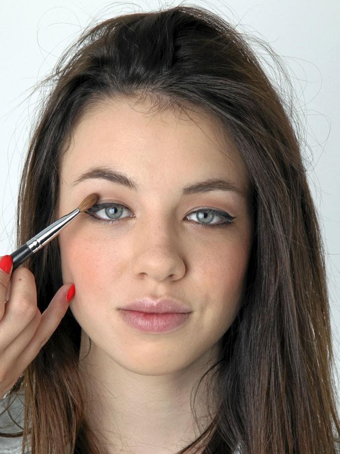 Mode d'emploi des yeux de biche : poser le fard à paupières