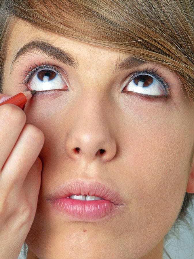 Maquillage de Scarlett Johansson : Mode d'emploi du crayon pour les yeux