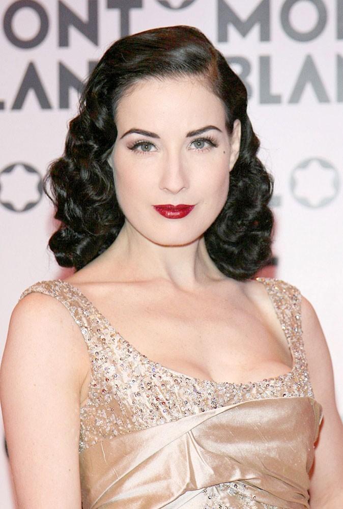 Maquillage été 2011 : Dita Von Teese est une pro du rouge à lèvres