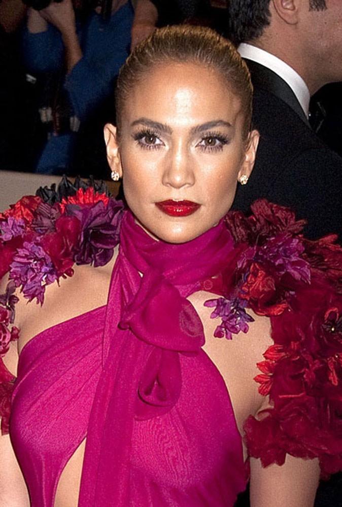 Maquillage été 2011 : J-Lo joue les bomba latina avec son rouge à lèvres couleur sang...