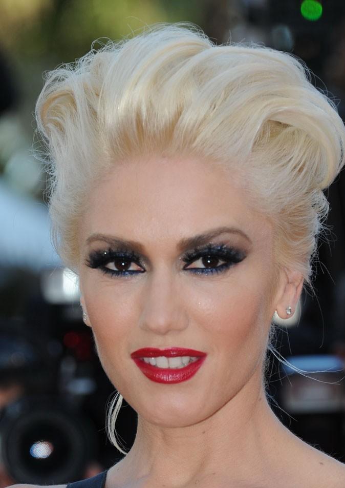 Maquillage de Gwen Stefani : un smoky eye bleu noir