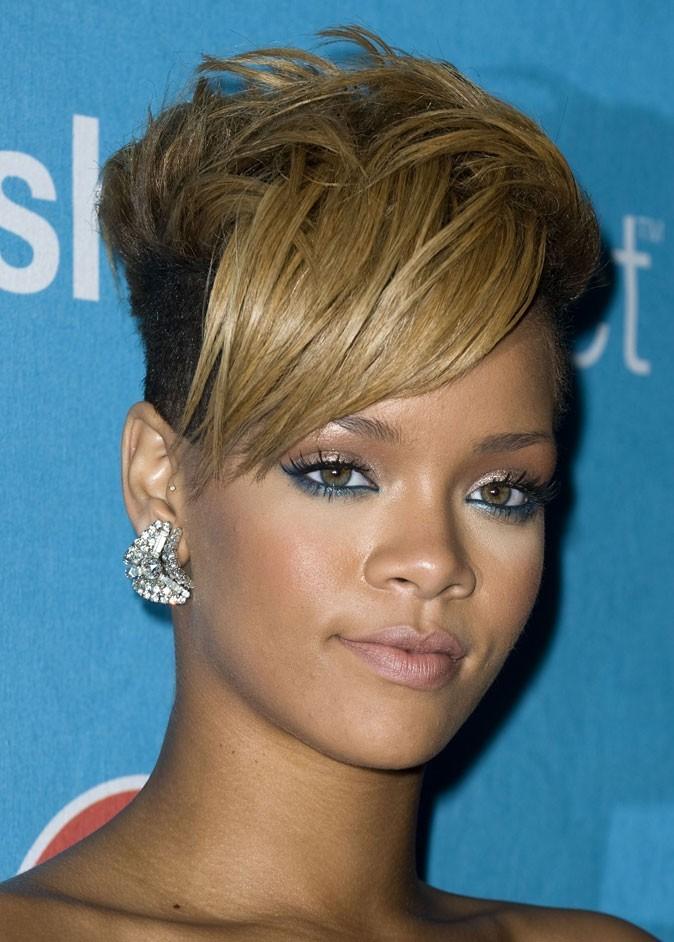 Maquillage de Rihanna : du crayon bleu sous les yeux