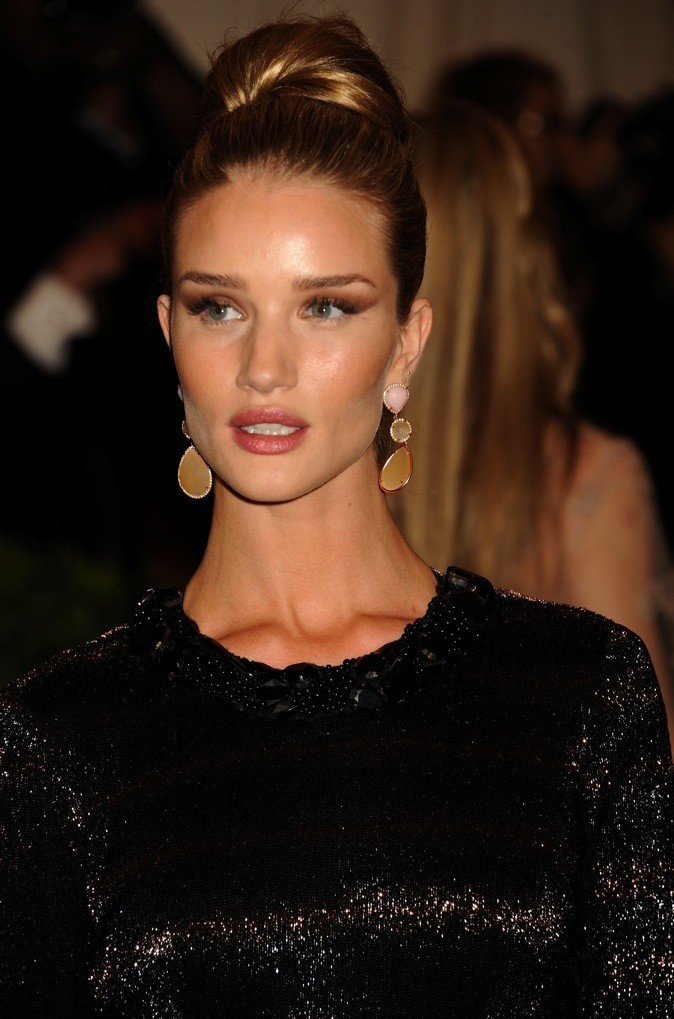 Le chignon classique de Rosie Huntington-Whiteley