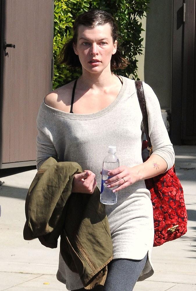 Photos : Milla Jovovich peine à retrouver sa taille fine après la naissance de sa fille