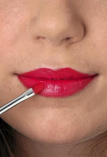 Mode d'emploi du maquillage fluo: un rouge à lèvres au pinceau