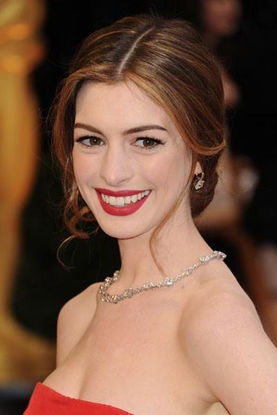 Oscars 2011 : la coiffure chignon d'Anne Hathaway