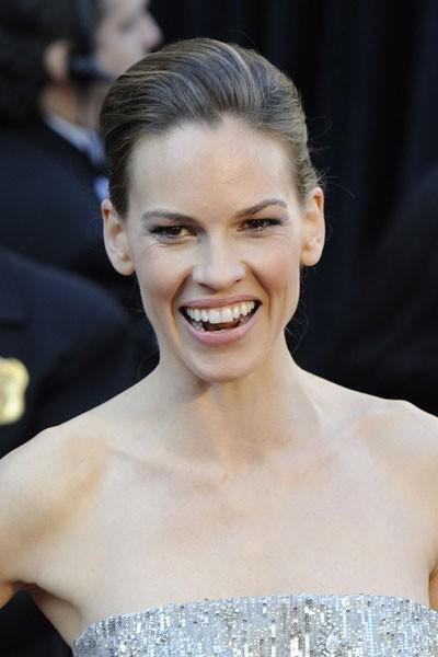 Oscars 2011 : la coiffure chignon d'Hilary Swank