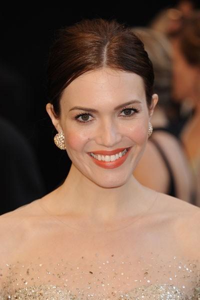 Oscars 2011 : la coiffure chignon de Mandy Moore