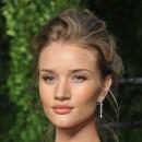 Oscars 2011 : la coiffure chignon de Rosie Huntington