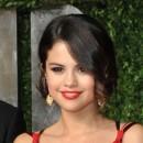 Oscars 2011 : la coiffure chignon de Selena Gomez
