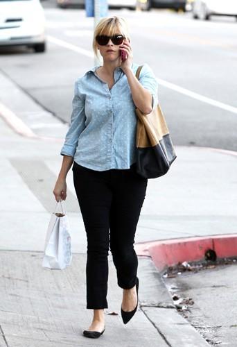 Reese Witherspoon a du mal à retrouver sa taille fine 2 mois après la naissance de son 3eme enfant Tennessee James.