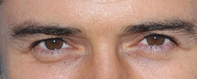 A qui sont ces yeux marrons ?