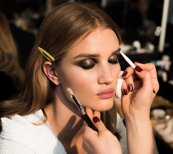 Rosie Huntington-Whiteley maquillée par Pat McGrath