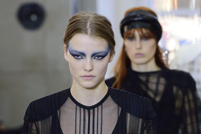 Un mannequin du défilé Louis Vuitton SS17 maquillé par Pat McGrath