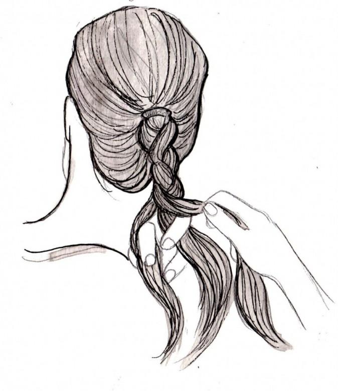 Séparez la touffe de cheveux en trois brins et tressez sans serrer en la croisant toujours de l'extérieur vers l'intérieur.
