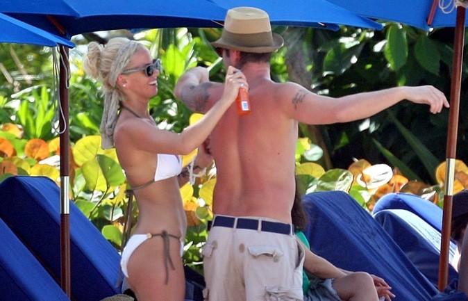 Sarah Harding met de la crème dans le dos de son petit ami !