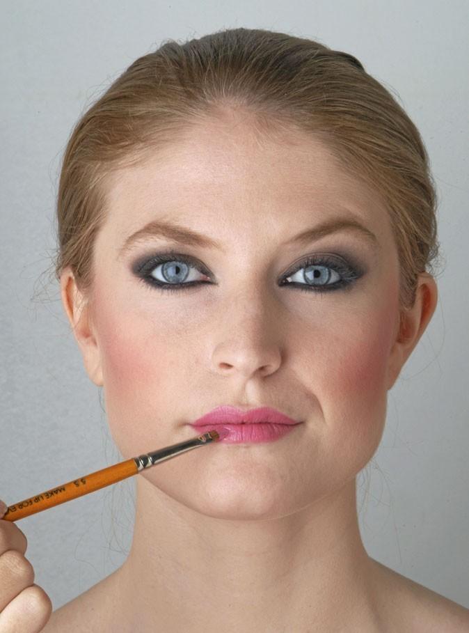 Smoky eyes, mode d'emploi : remplir la bouche avec un rouge à lèvres rose soutenu.