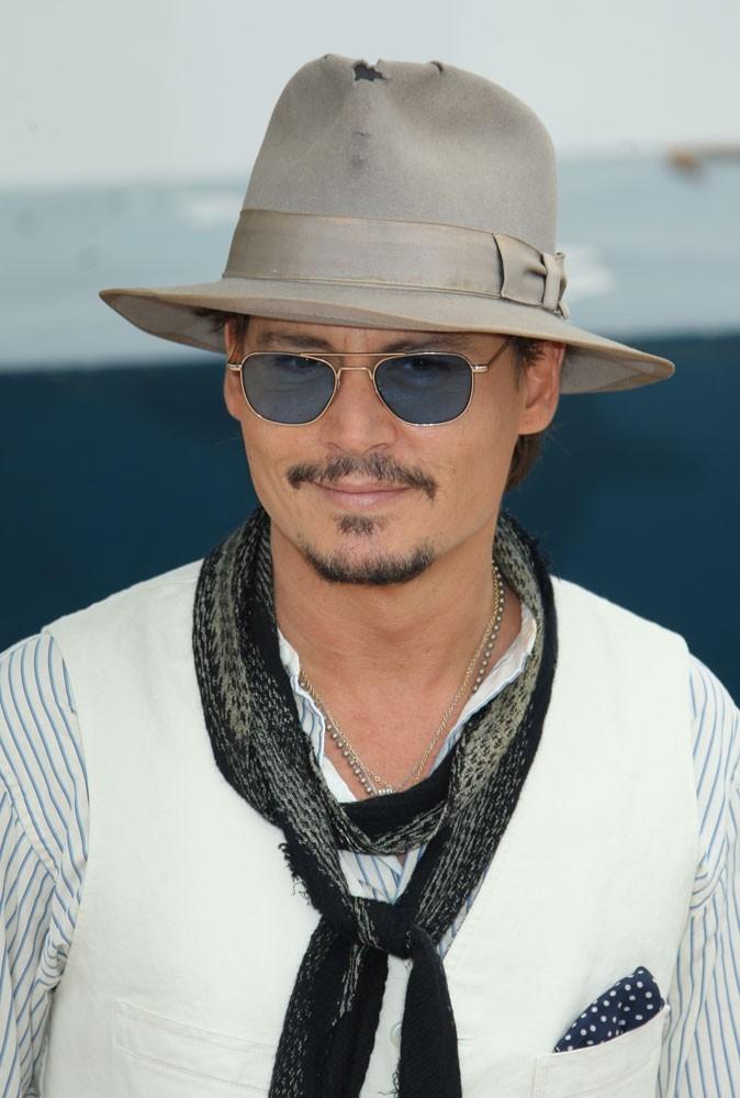 Spécial seins de stars : Johnny Depp préfère les menues poitrines !