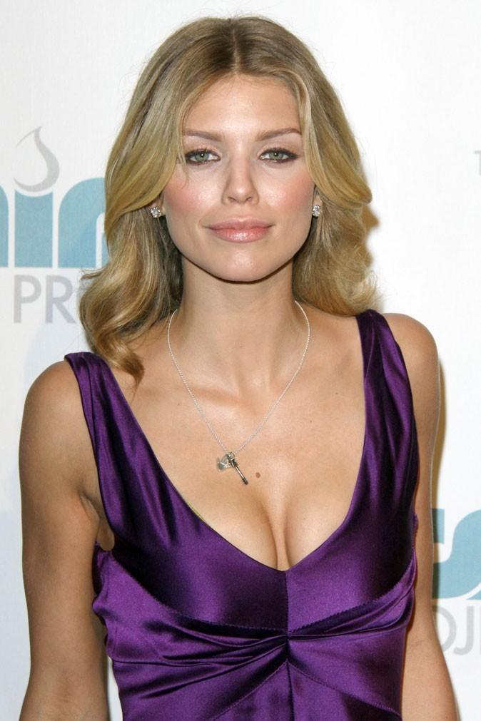 Spécial seins : le décolleté sexy d'AnnaLynne McCord sur une petite poitrine