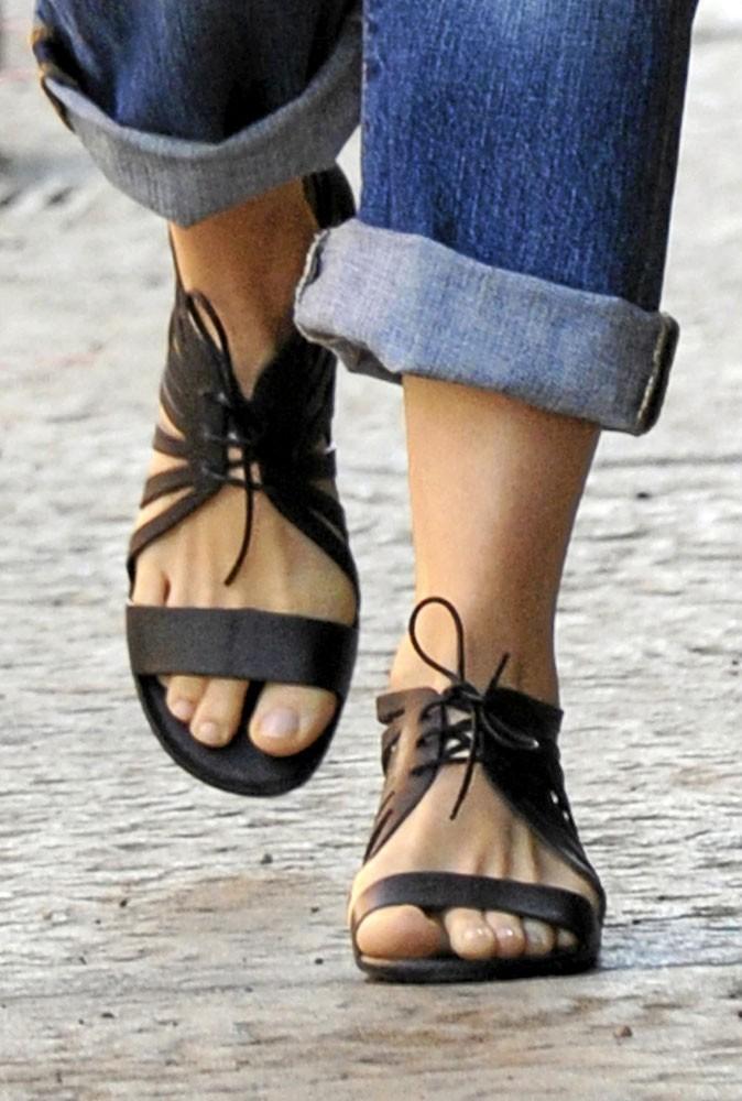 Spécial pieds : bon point pour Jess qui se la joue pédicure naturelle mais propre !