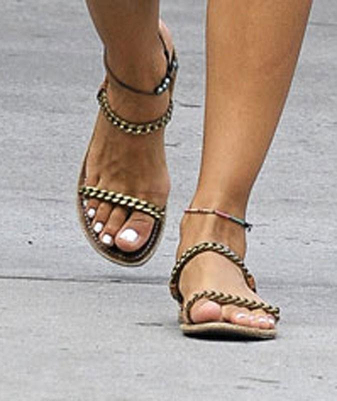 Spécial pieds : en effet, Irina foule le sol avec des pieds soignés et même légèrement hâlés !