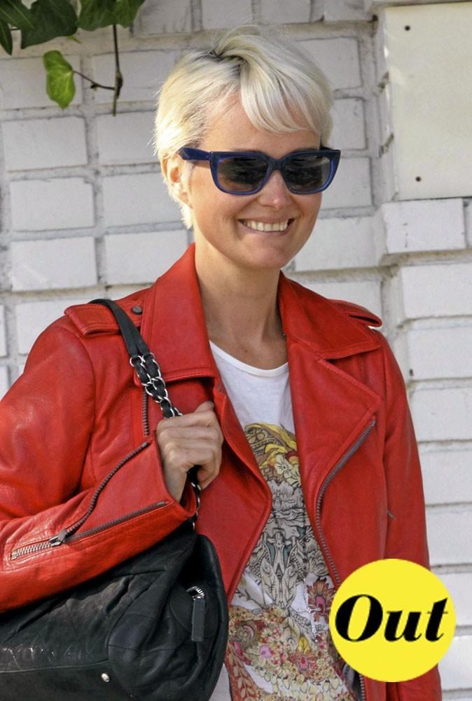Les lunettes bleues de Laeticia Hallyday pour l'été 2011