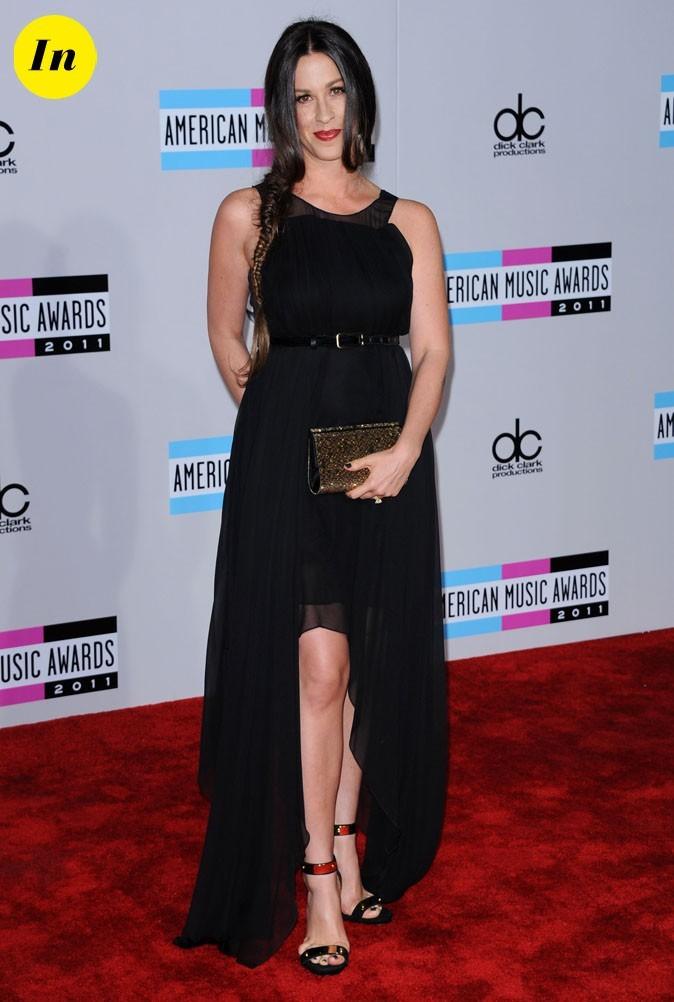 Alanis Morissette en robe asymétrique