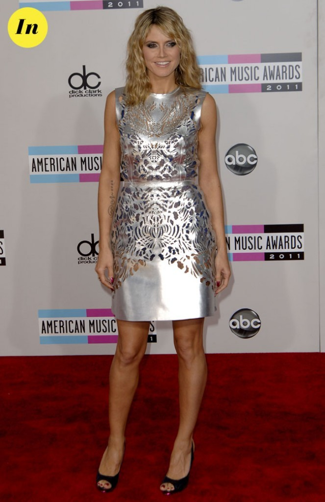Heidi Klum en robe courte argentée perforéeReem Acra