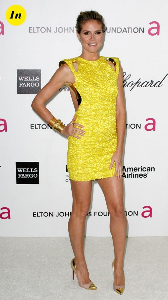 Pas facile à porter, cette robe jaune structurée va à merveille à Heidi !