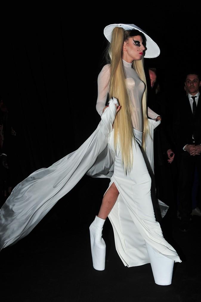 Look de Lady Gaga : longue traîne et plateforme shoes XXXL en mars 2011 pour le défilé Thierry Mugler hiver 2012