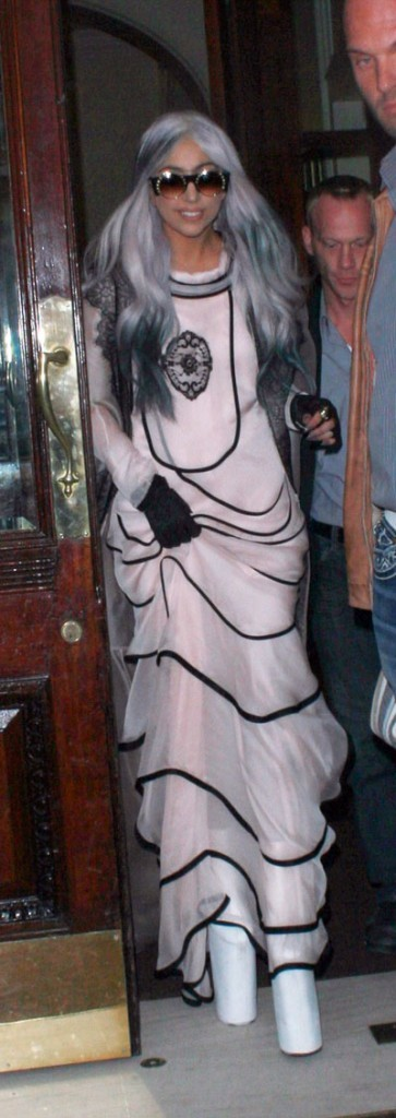 Look de Lady Gaga :  plateforme shoes en octobre 2010