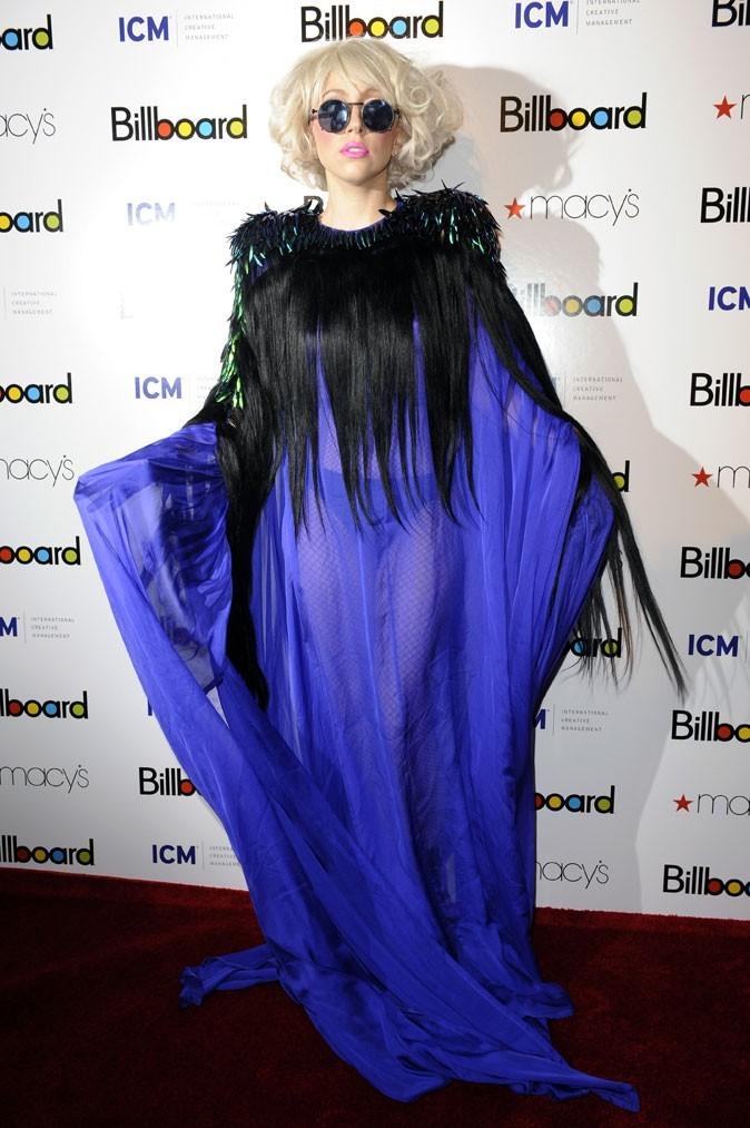 Look de Lady Gaga : une robe accessoirisée de cheveux en octobre 2009 pour les Billboard Music Awards