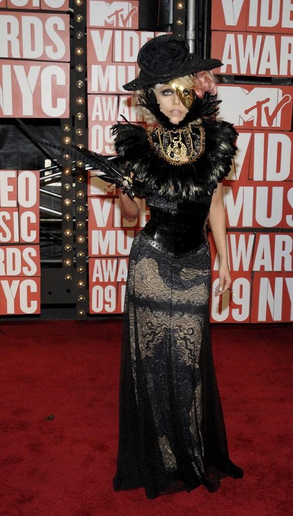 Look de Lady Gaga : une robe accessoirisée de plumes en septembre 2009 pour les MTV Video Music Awards