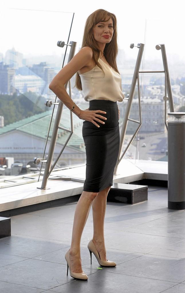 Angelina Jolie perchée sur des chaussures à talons nude