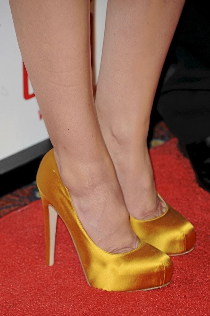Des chaussures à talons jaunes satinées