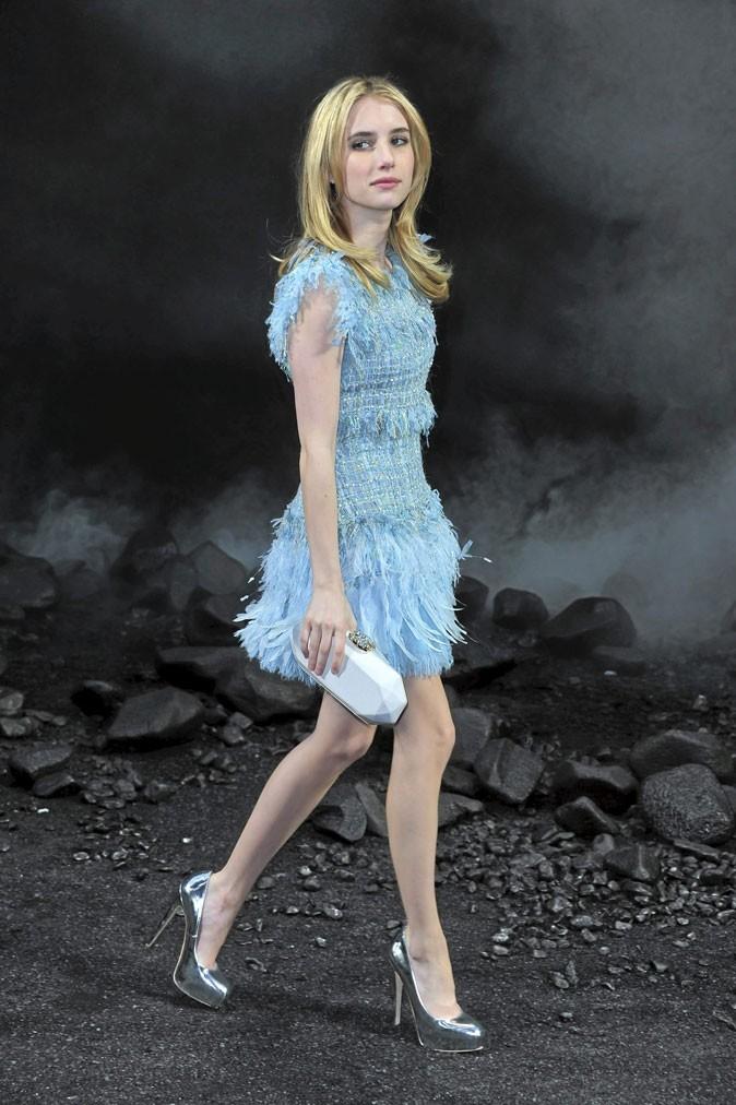 Emma Roberts perchée sur des chaussures à talons argentées