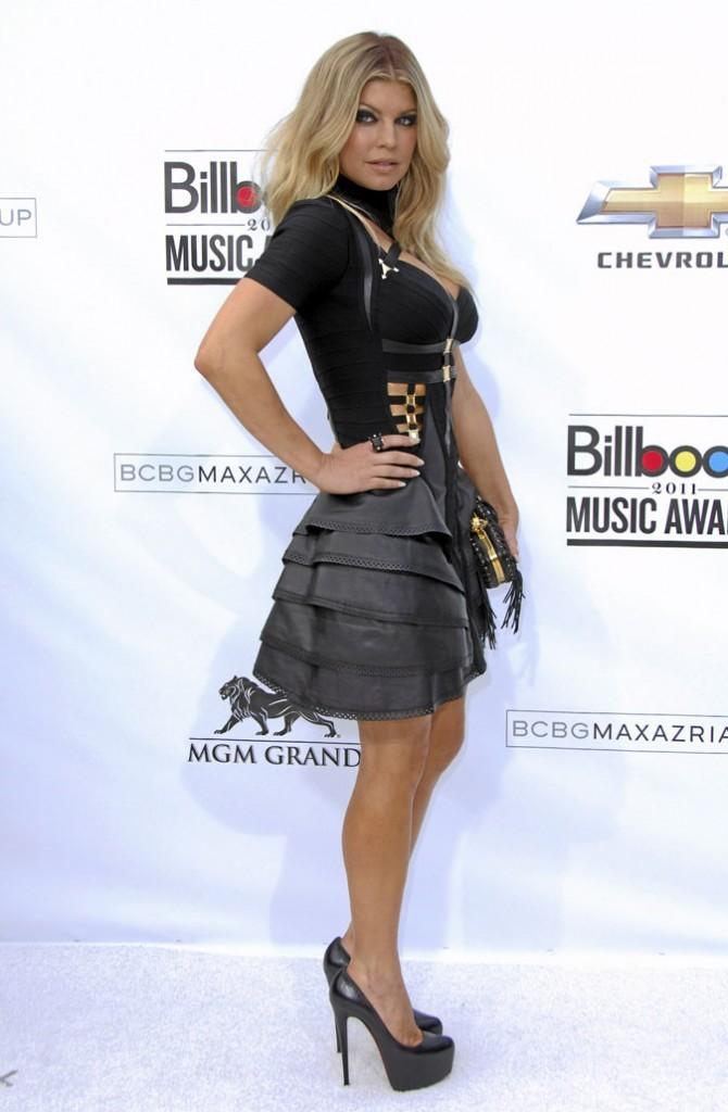 Fergie perchée sur des chaussures à talons noires brillantes
