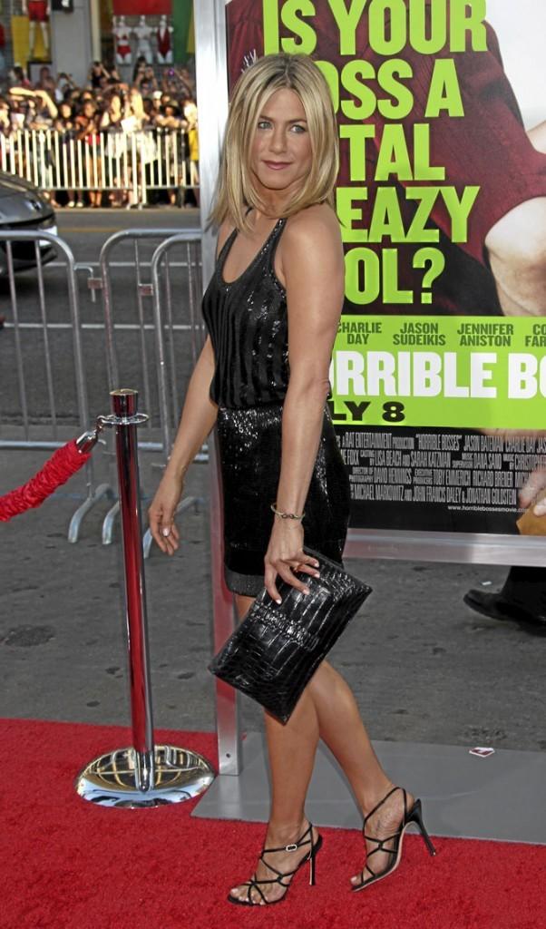 Jennifer Aniston perchée sur des sandales noires à talons multibrides