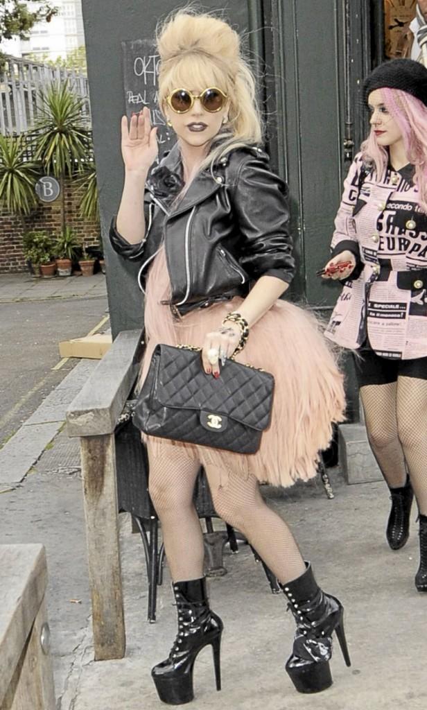 Lady Gaga perchée sur des chaussures à talons noires vernies à lacets