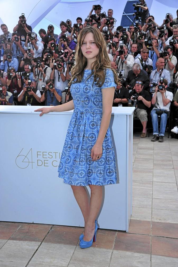 Léa Seydoux perchée sur des chaussures à talons bleues